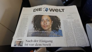Brushing the German language with an article about Zadie Smith at Die Welt on the plane